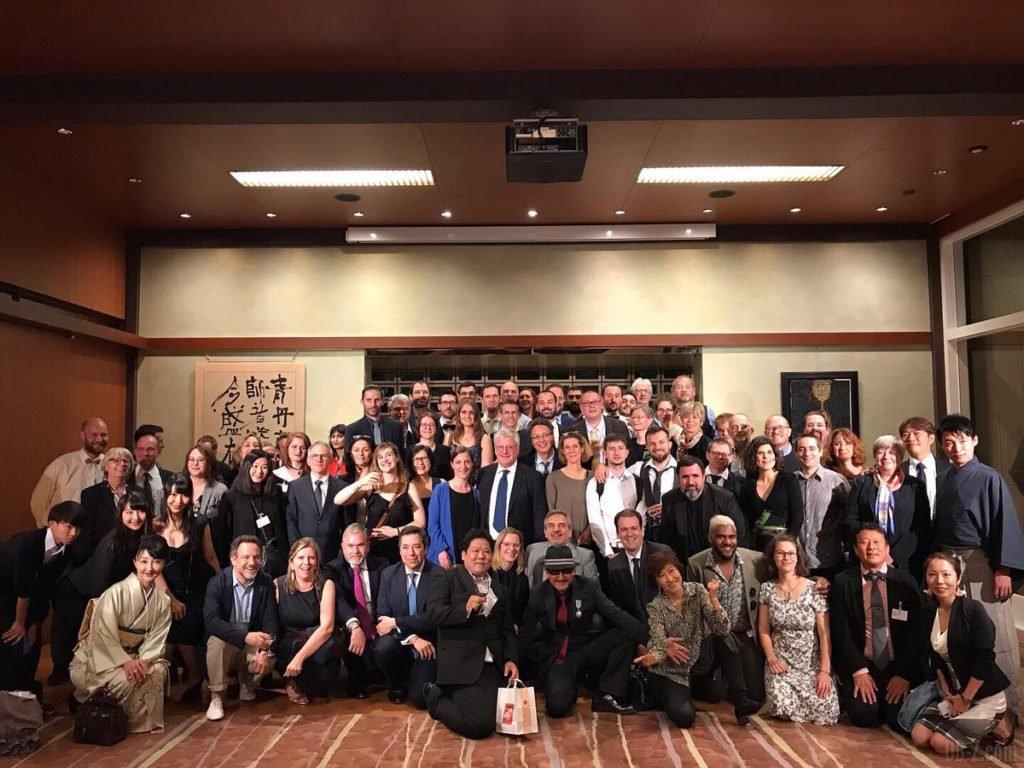 Photo de groupe à l'Ambassade du Japon lors de la remise de