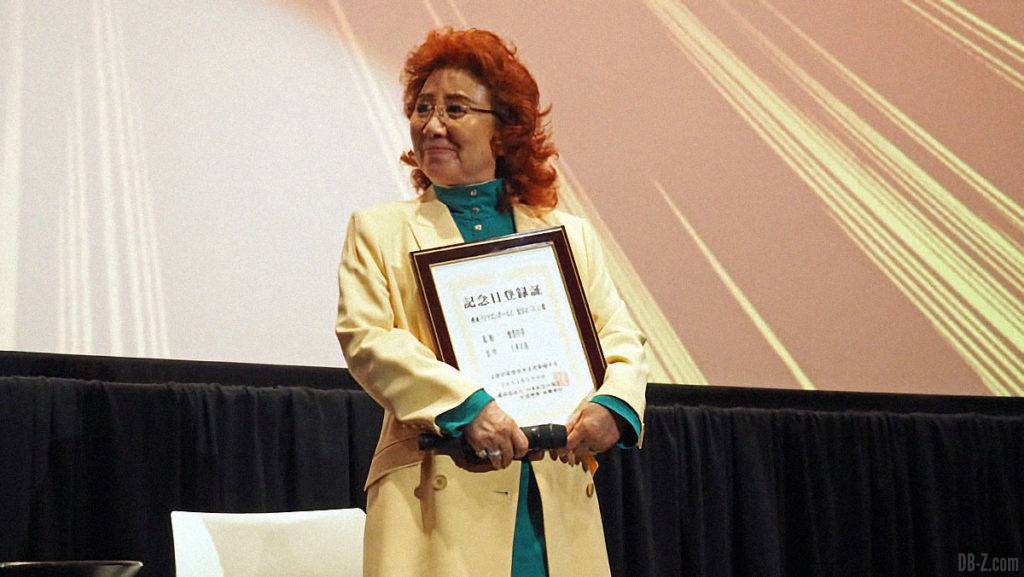 Masako Nozawa tient le certificat de validation du Goku Day